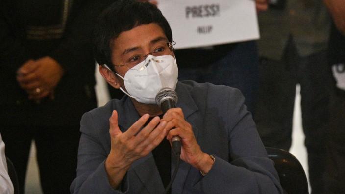 Philippinen: Unter Druck: Die Journalistin Maria Ressa nach der Urteilsverkündung am 15. Juni. Wegen eines kritischen Artikels soll sie für sechs Jahre ins Gefängnis.