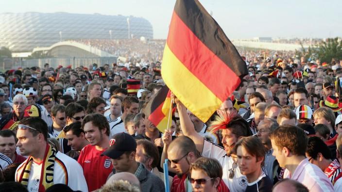 Fußball-Fans verlassen nach dem Spiel Deutschland gegen Costa Rica die Allianz Arena