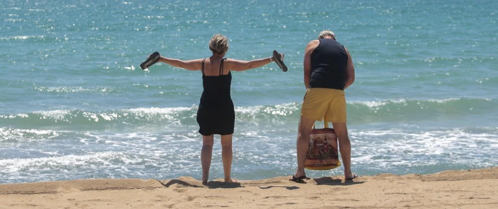 Urlaub in Spanien: Touristen am Strand von Palma de Mallorca