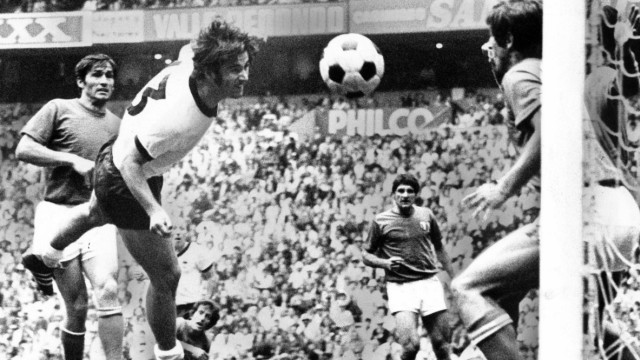 Gerd Müller BR Deutschland erzielt gegen Gianni Riva Italien das Tor zum 3 3