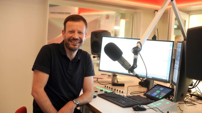 Radio Gong: 24 Wörter in vier Sekunden - Johannes Ott, früher Moderator, heute Geschäftsführer von Radio Gong, in den neuen Räumen.