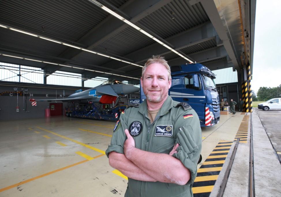Stabsfeldwebel Marcus Wirsen technisch Verantwortlicher für das Luftfahrzeug / Strassentransport des Eurofighters auf de