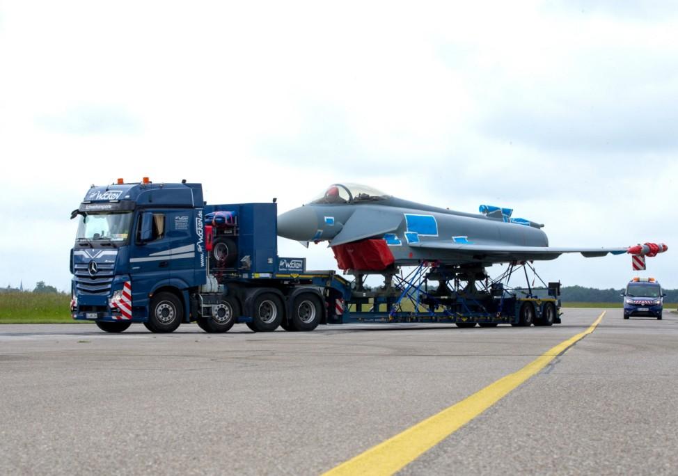 Strassentransport des Eurofighters auf dem Fliegerhorst Lechfeld. Am morgigen Mittwoch wird das Flugzeug von Lechfeld üb