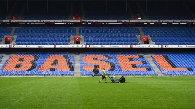 Greenkeeper beim Rasenmähen, St. Jakob Park, FC Basel, Super League, Fussball, 08.06.2020 *** Greenkeeper mowing the la