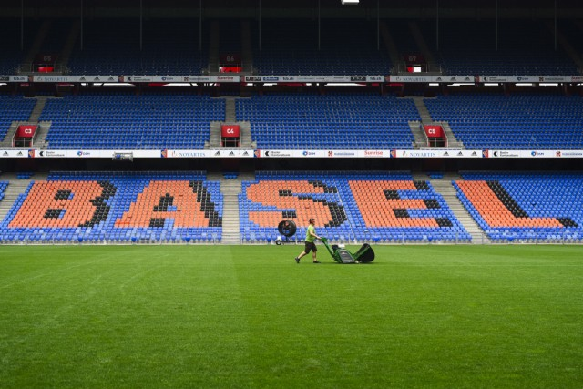 Greenkeeper beim Rasenmähen, St. Jakob Park, FC Basel, Super League, Fussball, 08.06.2020 *** Greenkeeper mowing the la