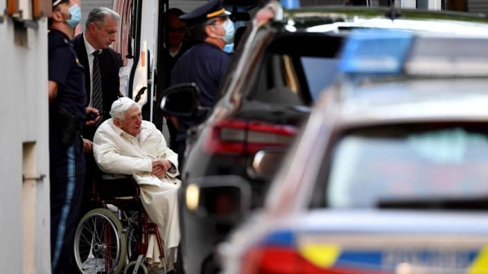 Der emeritierte Papst besucht in Regensburg seinen schwer erkrankten Bruder Georg. Er wird bewacht wie ein Staatsoberhaupt.