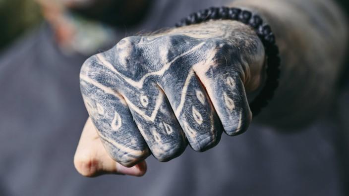 Bestimmte Merkmale wie auffällige Tätowierungen machten Rocker früher als solche kenntlich.
