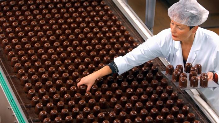 Schaumküsse mit Schokoladenüberzug in der Grabower Süßwaren GmbH