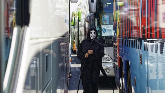 Reisebusunternehmen fordern mehr Staatshilfe 2020-06-17, Berlin, Deutschland - Mit einem Korso Hunderter Busse durch di
