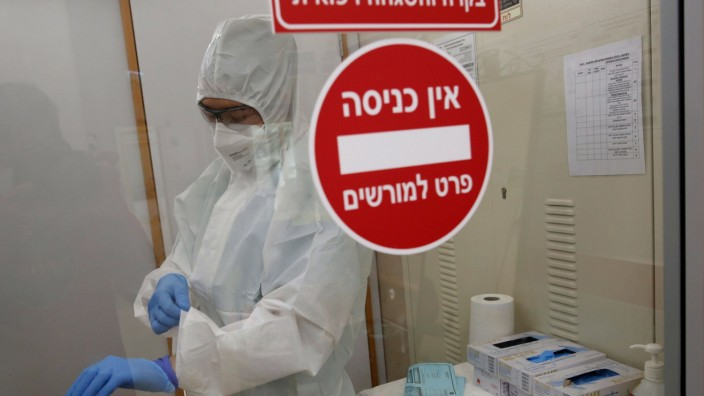 (200619) -- TEL AVIV, June 19, 2020 (Xinhua) -- A medical worker works at the department of the coronavirus of the Assa