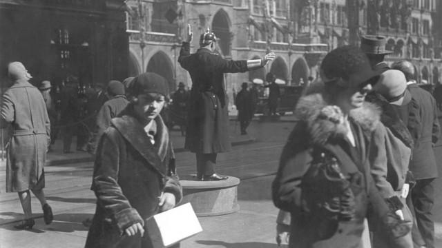Verkehrsregelung auf dem Marienplatz, 1928