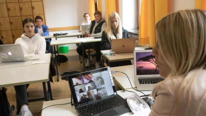 Wie Homeschooling und Vor-Ort-Beschulung in der Privatschule Isargymnasium zusammengeführt werden. Englischunterricht einer 11. Klasse.