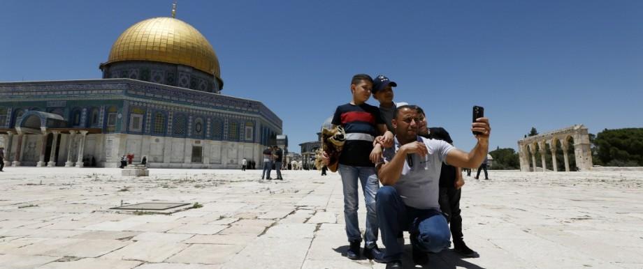 Eine muslimische Familie fotografiert sich vor dem Felsendom auf dem Tempelberg.