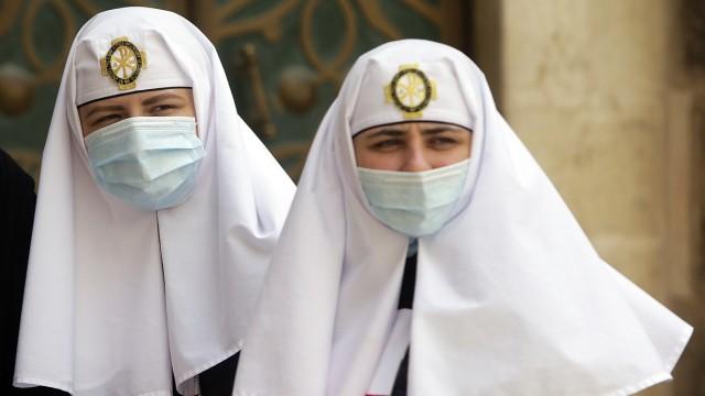 Nonnen in der Grabeskirche in der Altstadt von Jerusalem