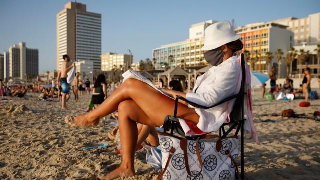 Touristen am Strand von Tel Aviv