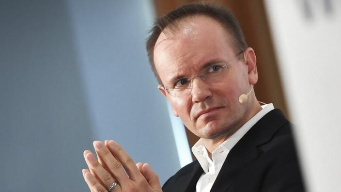 Dr. Markus BRAUN (CEO,Vorstandsvorsitzender), Gestik,faltet die Haende zum Gebet. Einzelbild,angeschnittenes Einzelmoti