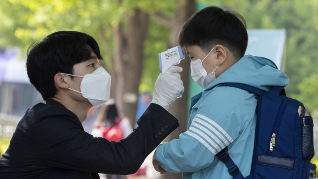 (200527) -- SEOUL, May 27, 2020 (Xinhua) -- A student gets body temperature measured when returning for classes at Seryu