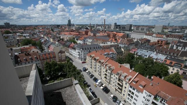 Gebäude, Wohnhaus, Hochhaus Schwanthalerstraße 113 über dem Saturn auf der Schwanthaler Höhe, das die Bayerische Hausbau wohl vorbildlich saniert.