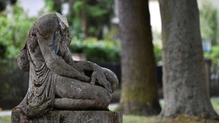 Denkmal und Debatte: Wer schlug dem primitivistischen Denkmal einer anonymen schwarzen Frau den Kopf ab? Rassisten? Antirassisten? Reste der Skulptur des Bildhauers Arminius Hasemann, der später in die NSDAP eintrat.