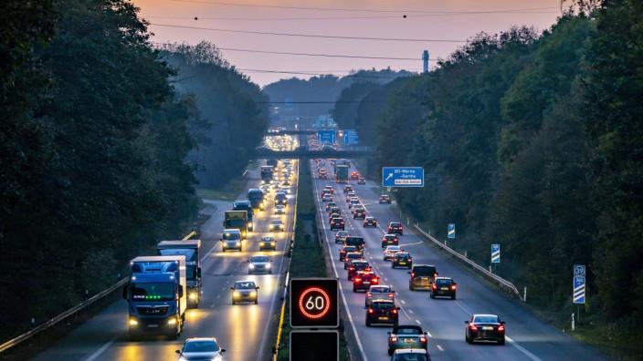 Autobahn A40, Ruhrschnellweg, bei Bochum, dichter Feierabendverkehr, vor dem Autobahnkreuz Bochum, A43, Blick Richtung W