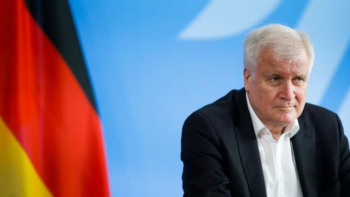 Pressefreiheit: Er habe den ganzen Tag Termine wahrnehmen müssen: Innenminister Seehofer auf einer Pressekonferenz am Mittwochabend in Berlin.