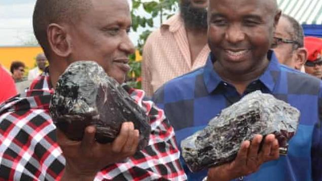 Tansania: Saniniu Laizer präsentiert stolz die beiden Tansanit-Kristalle.
