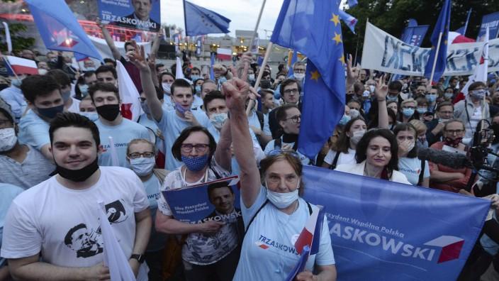 Anhänger des polnischen Präsidentschaftskandidaten Ralf Trzaskowski in Warschau