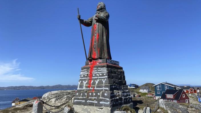 Statue auf Grönland mit Farbe beschmiert