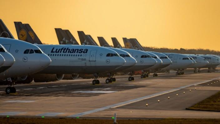 News Bilder des Tages Frankfurt am Main, Nordwest Landebahn, 24.03.2020, Geparkte Lufthansa Maschinen auf der Nordwest L