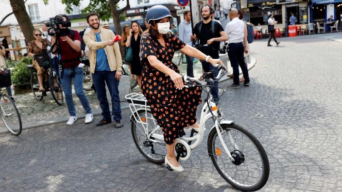 Kommunalwahl in Frankreich: Mit dem Fahrrad auf Wahlkampf: Falls die Pariser Bürgermeisterin Anne Hidalgo am Sonntag wiedergewählt wird, verspricht sie, die Hauptstadt noch fahrradfreundlicher zu gestalten.