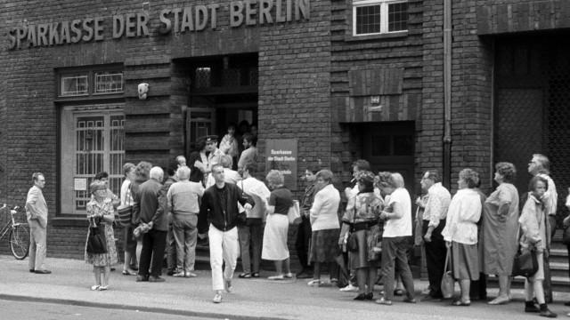 Währungsunion 1990 - Anstehen an einer Sparkasse zur Kontoklärung anlässlich der bevorstehenden Währungs- und Sozialunion in Berlin