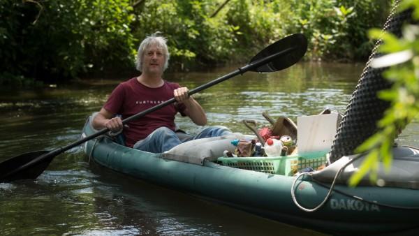 MARZLING: Zottel (Wirt vom Furtnerbräu) + Sandra fahren Kayak auf der Moosach und fischen nach Müll