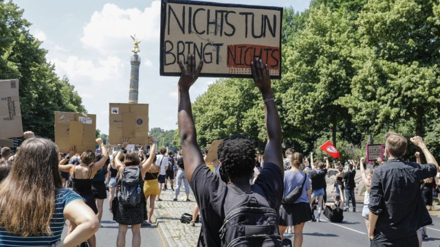Demo Black Lives Matter in Berlin Berlin , DEU, 27.06.2020 - Demonstration unter dem Motto Black Lives Matter gegen Ras