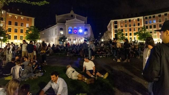 Hunderte Menschen: In lauen Nächten geht es auf dem Gärtnerplatz derzeit hoch her.