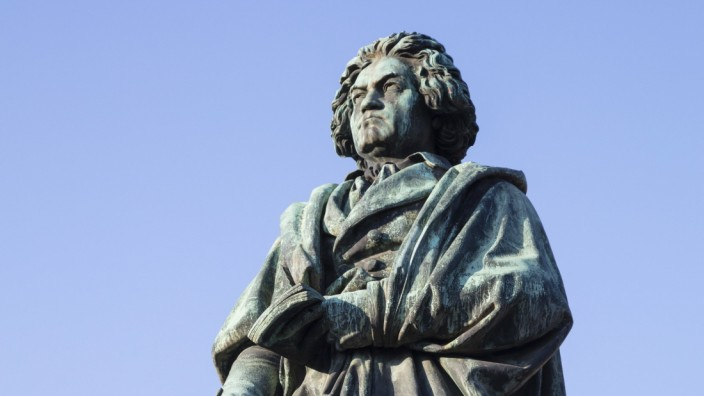Germany, North Rhine-Westphalia, Bonn, Low angle view of Beethoven Monument PUBLICATIONxINxGERxSUIxAUTxHUNxONLY WIF04196