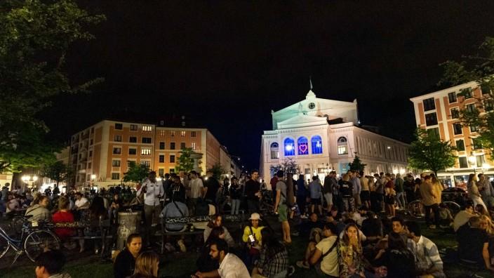Menschen feiern in München während der Corona-Pandemie