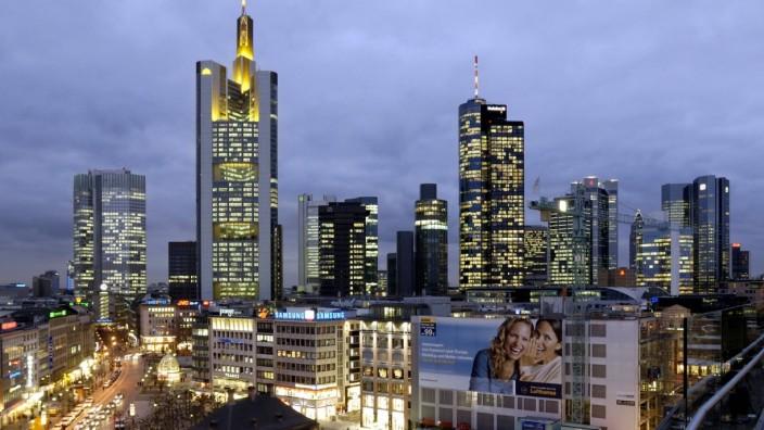 Abendliche Skyline aus Bankgebäuden in Frankfurt am Main - v.l.n.r.: Europäische Zentralbank, Commerzbank, Dresdner Ban