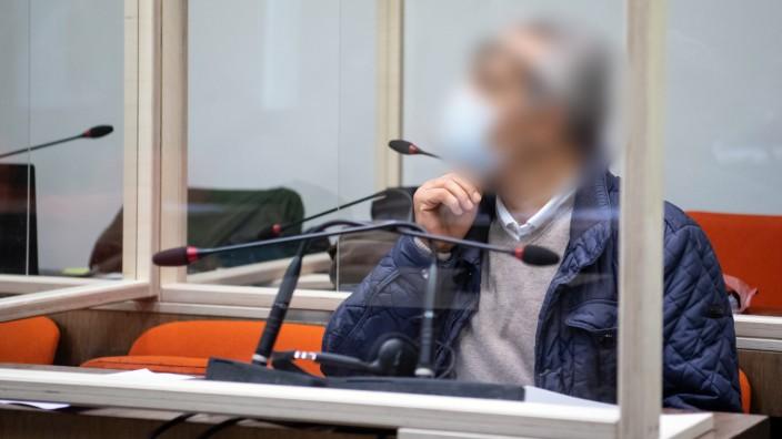 Aslan C. erklärte, er halte den Vorsitzenden Richter und eine weitere Berufsrichterin für befangen.
