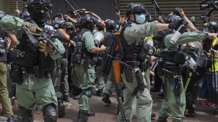 Proteste in Hongkong: Polizisten sprühen Pfefferspray auf Demonstranten am Causeway Bay