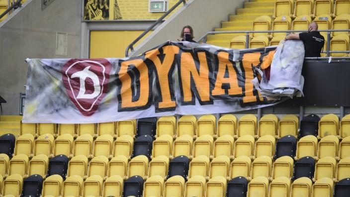 Dynamo Dresden: Ein Banner im Stadion wird abgenommen