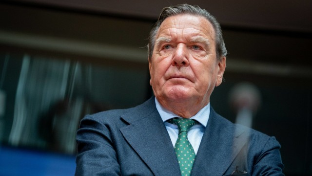 Ex-Chancellor Schröder at a hearing in the economic committee