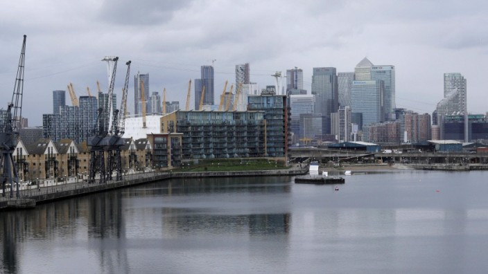 (200304) -- LONDON, March 4, 2020 (Xinhua) -- Canary Wharf financial district and the City of London are seen from Royal