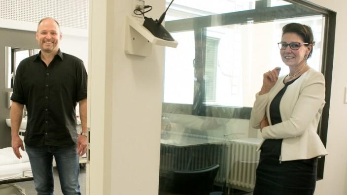 Bärbel Otto, die am Institut für medizinische Didaktik und Ausbildungsforschung an der Uni lehrt, Lehrklinik in der Pettenkoferstr. 8a, mit Schauspieler Andreas Hertel.