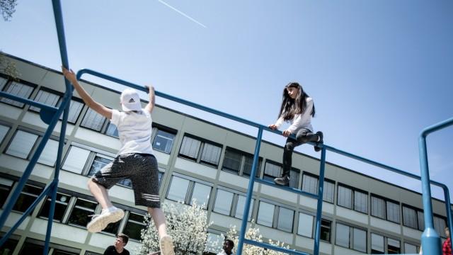 """Sport- und Bewegungsflächen auf schulischen Pausenhöfen. Ludwig-Thoma-Realschule an der Fehwiesenstraße 118  âÄ"""" dort gibt es einen Parkour-Park"""