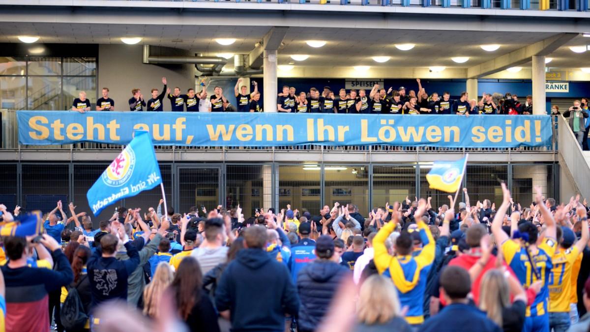 Tausende Fans feiern Braunschweigs Aufstieg