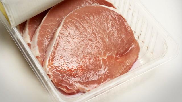 DEU DEUTSCHLAND Schweinefleisch Schweinesteak in einer Plastikverpackung DEU GERMANY Pork i