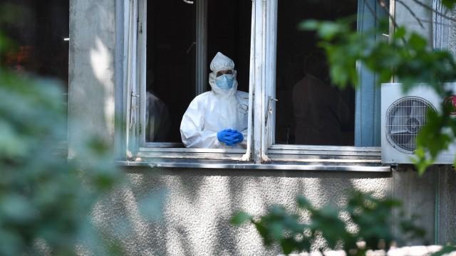 Coronavirus: Person im Schutzanzug in einer Klinik in Belgrad