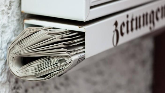 Eine Zeitung wurde in einen Briefkasten gegeben Zustellung der Tageszeitung McPBBO McPBBO