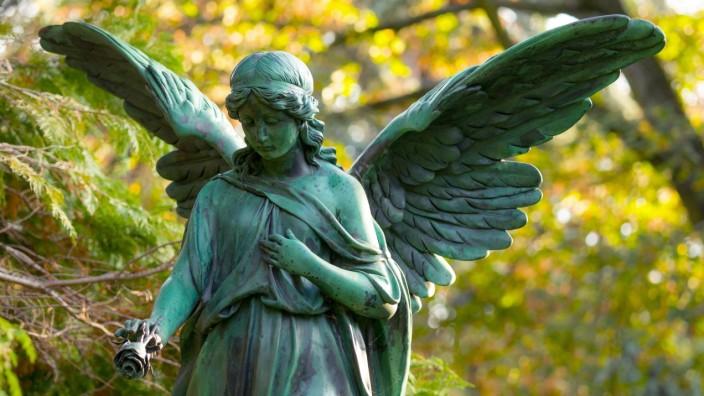 Engel Friedhof - Weibliche Engelsfigur mit Rose, historisches Grabmal, Friedhöfe an der Bergmannstraße, Berlin-Kreuzberg, Berlin, Deutsch