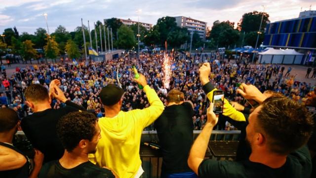 01.07.2020, xtgx, Fussball 3. Liga, Eintracht Braunschweig - SV Waldhof Mannheim, v.l. Braunschweigs Spieler feiern mit; Eintracht Braunschweig, Aufstieg